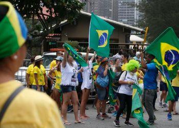 Eleitores usam criatividade para manifestar voto em frente à residência de Jair Bolsonaro