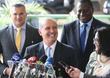 O futuro ministro-chefe da Casa Civil, Onyx Lorenzoni, anuncia a futura ministra de Mulher, Família e Direitos Humanos, Damares Alves. Ela também ficará responsável pela Funai.