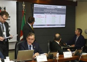 Apreciação do parecer à PEC havia começado na reunião ordinária. Foto: Vinicius Reis | Agência ALRS