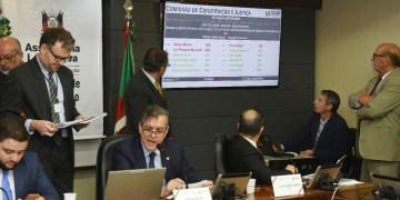 Apreciação do parecer à PEC havia começado na reunião ordinária. Foto: Vinicius Reis   Agência ALRS
