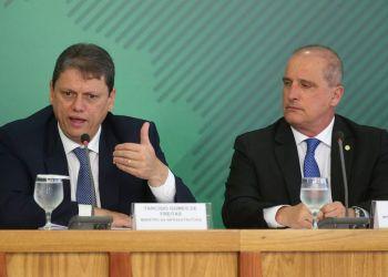 Os ministros da Infraestrutura, Tarcísio Gomes de Freitas, e da Casa Civil, Onyx Lorenzoni, anunciam novas medidas para atender o setor de transporte de cargas do país.