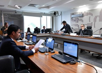 Relator da proposta (e também presidente da comissão), Rodrigo Cunha lê seu relatório em reunião conduzida por Jorge Kajuru. Foto: Geraldo Magela/Agência Senado