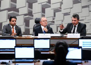Comissão Mista Permanente sobre Mudanças Climáticas (CMMC) realiza primeira reunião para instalação da comissão e eleição do presidente, vice-presidente e relator. rrResultado: rInstalada a comissão, são eleitos: senador Zequinha Marinho (PSC-PA) para presidente; deputado Sergio Souza (MDB-PR) para vice-presidente e deputado Edilázio Júnior (PSD-MA) para relator. rrMesa: rrelator da CMMC, deputado Edilázio Júnior (PSD-MA); rpresidente da CMMC, senador Zequinha Marinho (PSC-PA); rvice-presidente da CMMC, deputado Sergio Souza (MDB-PR).rrFoto: Marcos Oliveira/Agência Senado