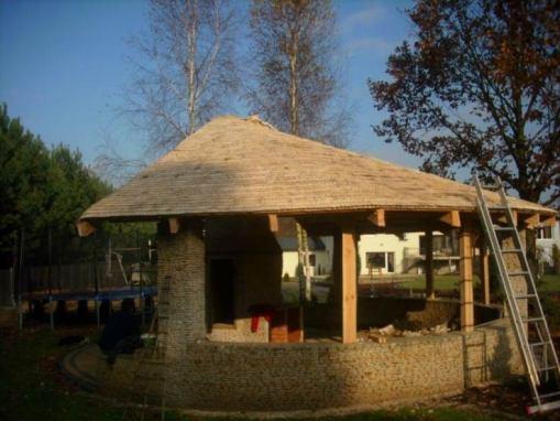 Dach na drewniano – kamiennej wiacie wypoczynkowej