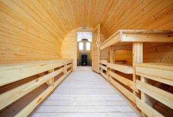 Wnętrze sauny drewnianej - beczki