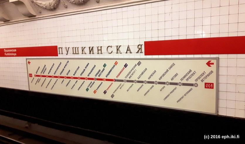Pietarin metron opaste.