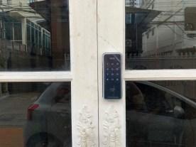 Digital door lock สำหรับประตูบานเลื่อนแบบบานคู่ ปิดชนตรงกลาง บานไม้