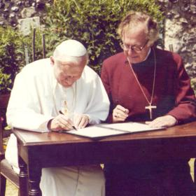 Pope-John-Paul-II-and-the-Archbishop-of-Canterbury-joint-declaration-signing_large