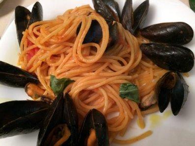 Spaghetti con pomodori, aglio e cozze