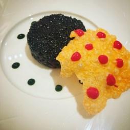 Le Grand Hôtel Cannes ***** | Restaurant Park 45 | Tartare de boeuf fumé, caviar Neuvic et huître de pleine mer, tuile soufflée de homard et gel de groseilles | www.epicuriendusud.com