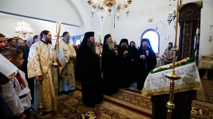 liturghie-sobor-ierarhi-manastirea-zosin_2