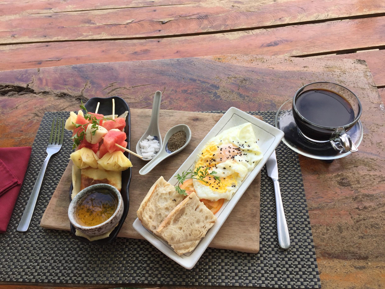 perfektes Frühstück in Kampot - Eier, Baguette, Pancakes, Obst und Kaffee