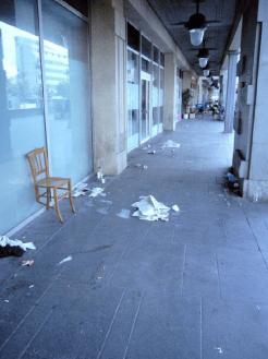 Déchets et incivilités sur la place Henri Frenay (Paris 12e)