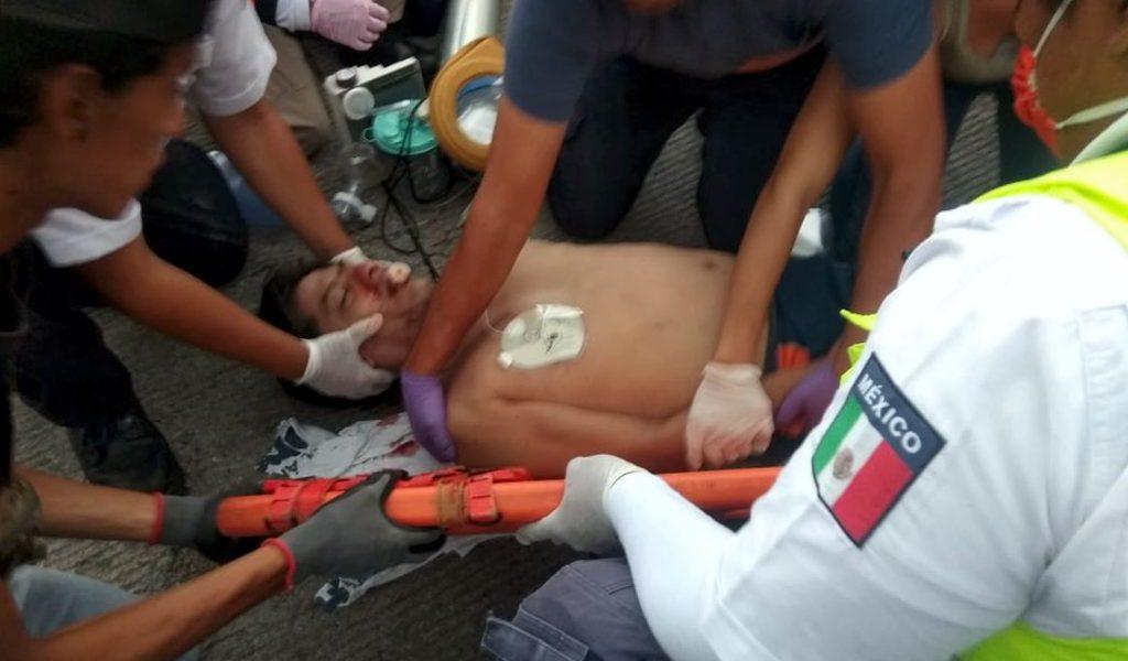 Muere motoclista arrollado por taxista.