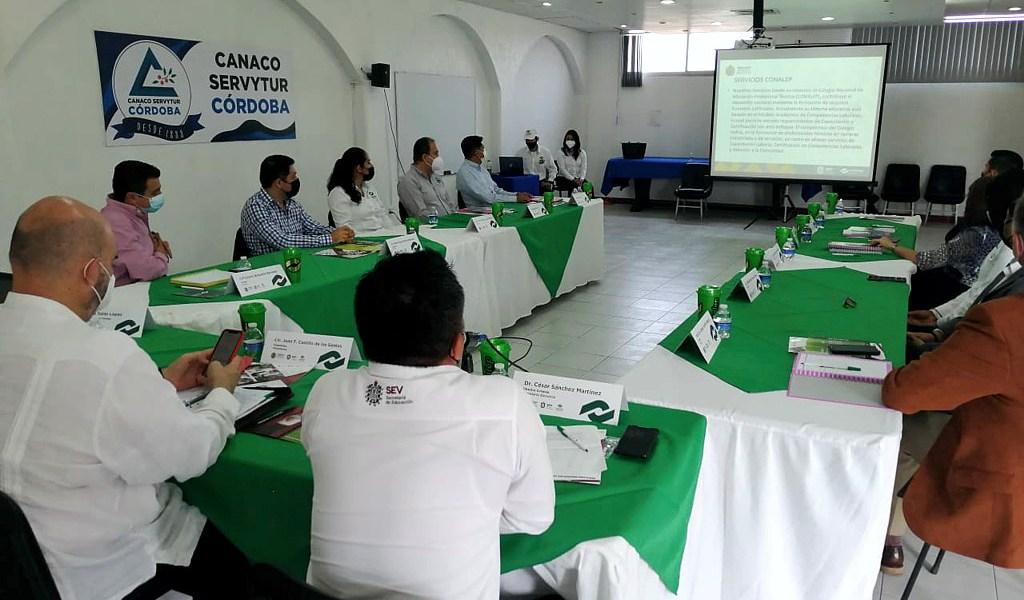 Toman protesta integrantes del Comité de Vinculación de Conalep Córdoba.