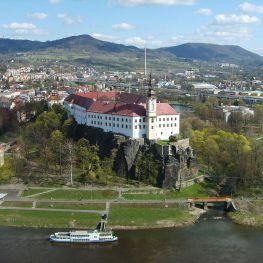 Děčínský zámek stráží z vrcholu skaliska soutok řek