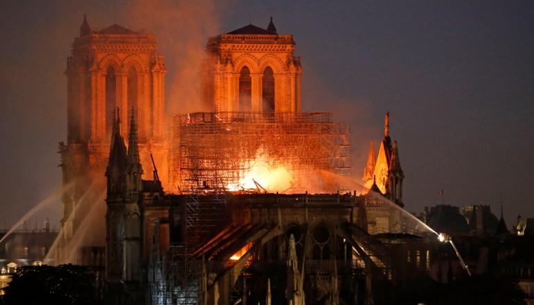 Poničenou katedrálu Notre-Dame může ohrozit silný vítr