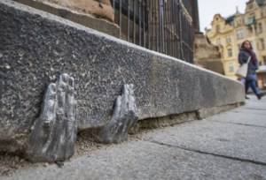 Kde se vzaly záhadné kovové ruce u plzeňské katedrály?
