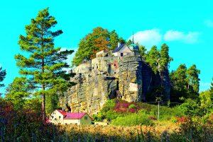 Hrad Sloup: Skalní hnízdo, odkud poustevníci shlíželi do kraje