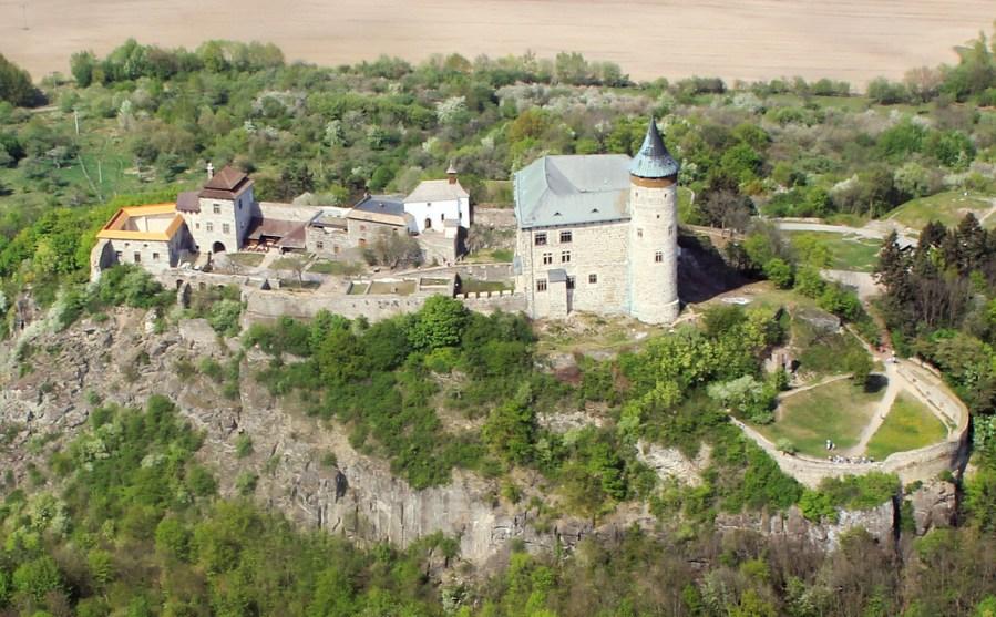 Kunětická hora: Pohodlný zámek s opevněním hradu