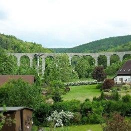Novinský viadukt: Kde vlaky nehučí, ale zvoní
