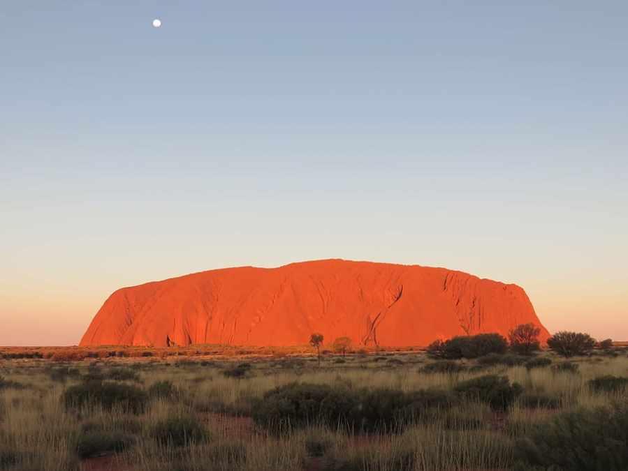 Uluru: Rudě zářící monolit, nad kterým bdí duchové