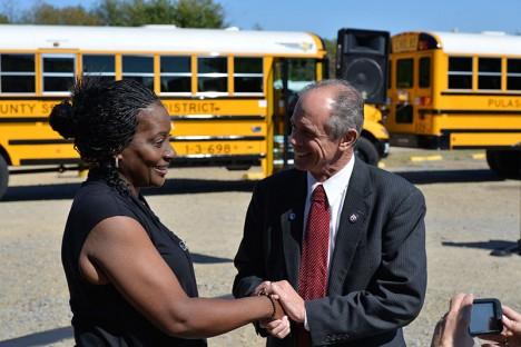 Řidičce Sheile Hartové za její statečnost předává starosta Gary Fletcher symbolický klíč od města.