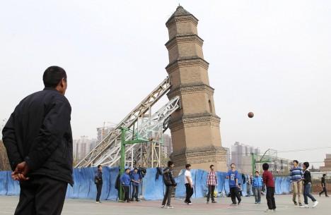 Šikmou věž mají například také v čínské Šanghaji a naklání se ještě více než ta italská.