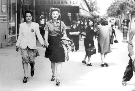Židé za 2. světové války musí nosit označení žlutou hvězdou.