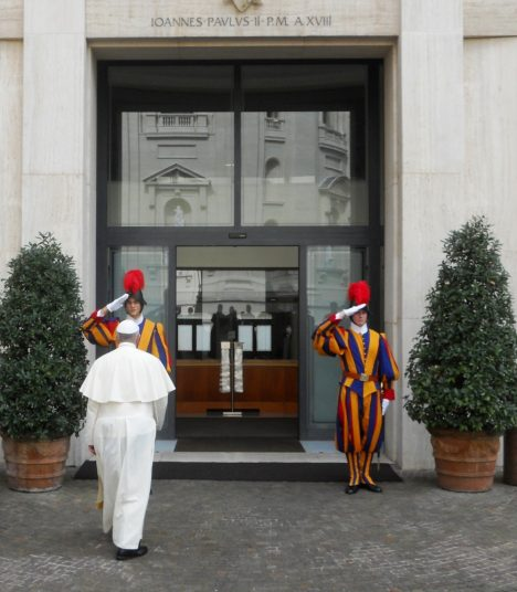 Papa Francesco entra dentro la Domus Sanctae Marthae