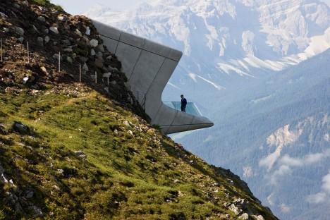 Úchvatný výhled z vrcholu hory je to, co výtvor architektky dokáže bezezbytku využít.
