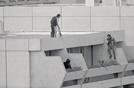 Únosci hlídající vilu s olympioniky.
