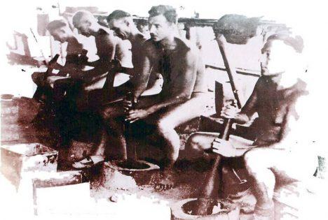 Podmínky v táboře byly otřesné. Muži dostávali denně jen půl kila rýže a litr vody.