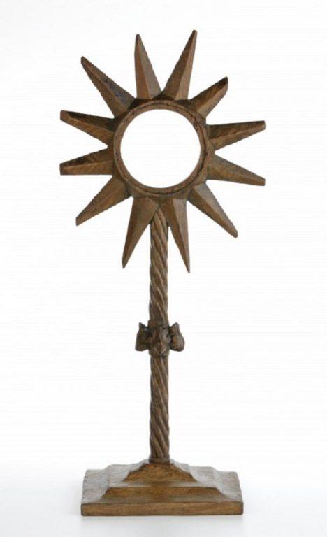 Použití dřeva pro výrobu monstrance se považuje za neobvyklé. Celodřevěnou monstranci z kostela ve Špičkách na Přerovsku proto odborníci právem označují za unikát. Měří 65 cm. V 15. století ji umělci nabarvili sytě modrým azuritem a krvavou červení. Obě barvy znázorňují křesťanskou symboliku. Azurit je dokonce na sklonku středověku dražší než zlato.