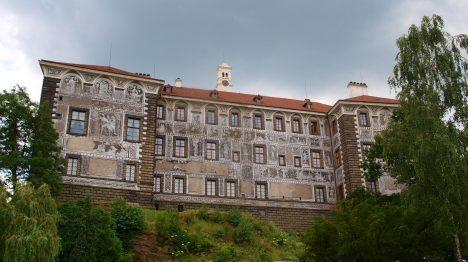 Zámek se nachází ve stejnojmenné obci, cca 25 km severně od Prahy na vyvýšené skále nad Vltavou.