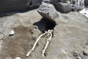 Nejnovější objev v Pompejích má podobu bezhlavého kostlivce!
