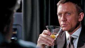 Vědci říkají: James Bond by neměl tolik pít!