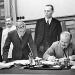 Nacisté a bolševici si dělí Evropu: 80 let od uzavření paktu Molotov-Ribentrop