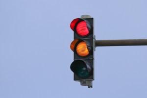První semafor málem zabije policistu
