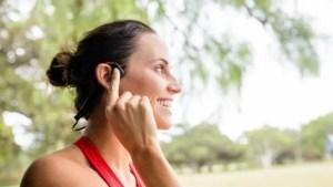 Bezdotyková sluchátka: Umí vést hudbu kostmi!