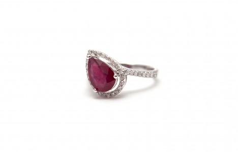 Toužíte-li býti bohatí, noste prsten se vsazeným rubínem. Kámen totiž podporuje úspěchy v podnikání.