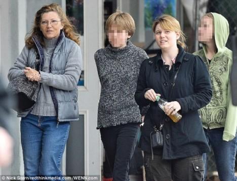 Jaycee Lee Dugardována na nákupech s její matkou, Terry Probyneovou a dvě dcery ve věku 13 a 16.