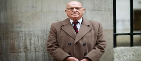 Terry Pinfold před soudní budovou v roce 2003.