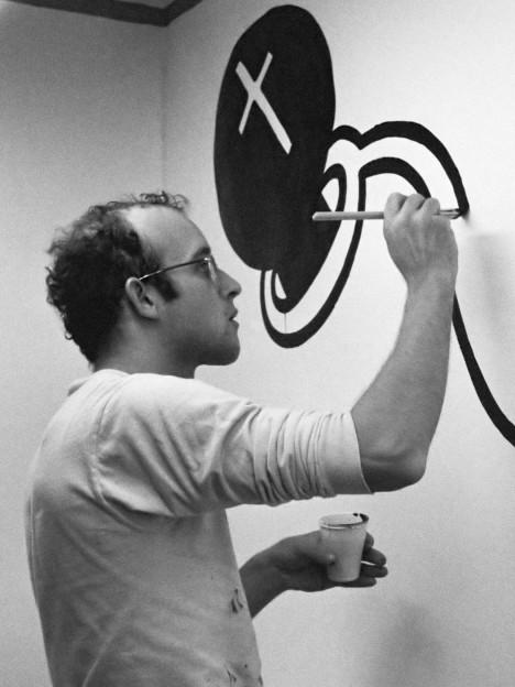 Keith Haring aan het werk in het Stedelijk Museum in Amsterdam *14 maart 1986