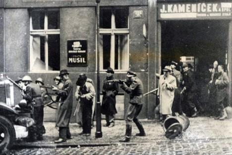 Drastické represe se týkaly nejen partyzánů, povstalců či osob, které jim pomáhaly, ale prakticky každého českého civilisty, který mohl být zatčen, případně i popraven.