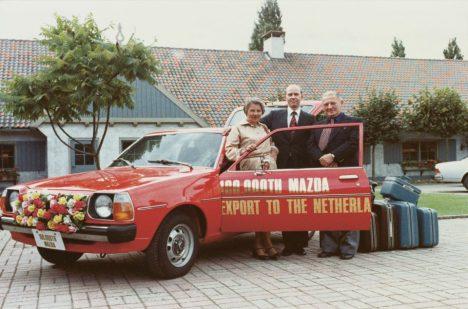 70. léta minulého století byla ve znamení prodeje vozů Mazda. Rolf Lauret (uprostřed) u 100tisícího vozu této značky exportovaného do Nizozemí.
