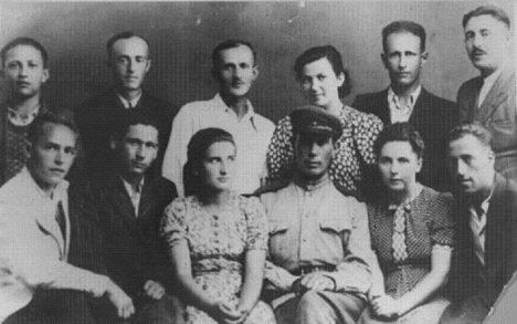 Portrét několika přeživších uprchlíků z roku 1944.