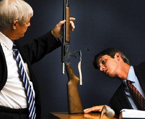 Eric McLean u soudu se zbraní, kterou zastřelil Seana Powella.