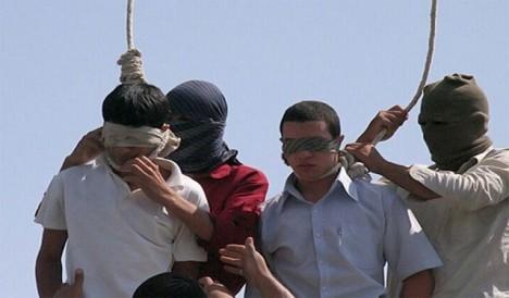 Odsouzenci se na krk navlékne smyčka. Délku provazu není třeba nijak zvlášť upravovat podle váhy vězně.