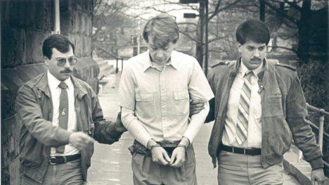 Stanley Hertzog, je doprovázen k soudu šerifem Gregem Smithem (vlevo).